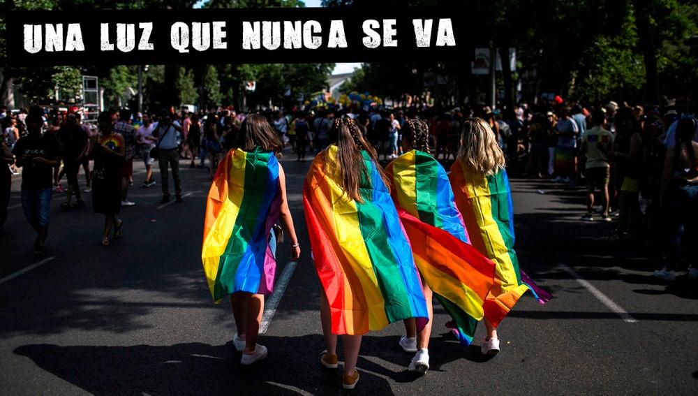 Cuatro jóvenes en el Orgullo de 2018 en Madrid