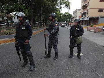 Fuerzas militares patrullan mientras manifestantes caminan hacia La Casona