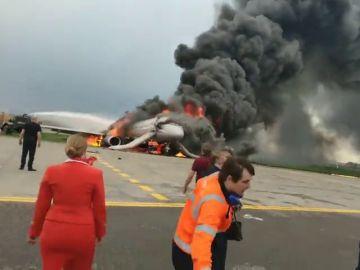 Salen a la luz las imágenes del copiloto del avión siniestrado en Moscú regresando a la aeronave en llamas para salvar pasajeros