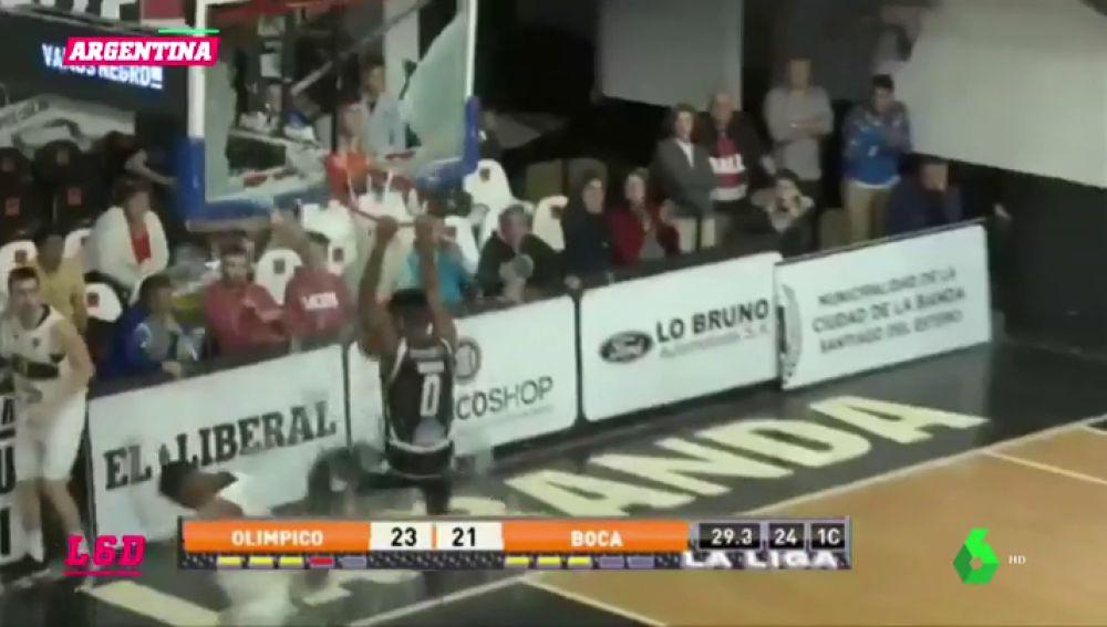 Brutal: un jugador rompe un tablero en pleno partido de baloncesto
