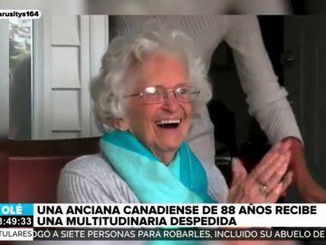 La emocionante reacción de una anciana al recibir una multitudinaria despedida antes de irse a una residencia