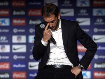 Diego Godín se emociona en la rueda de prensa de despedida del Atlético
