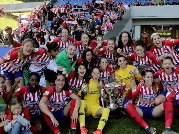 Las jugadoras del Atlético de Madrid femenino celebran el título