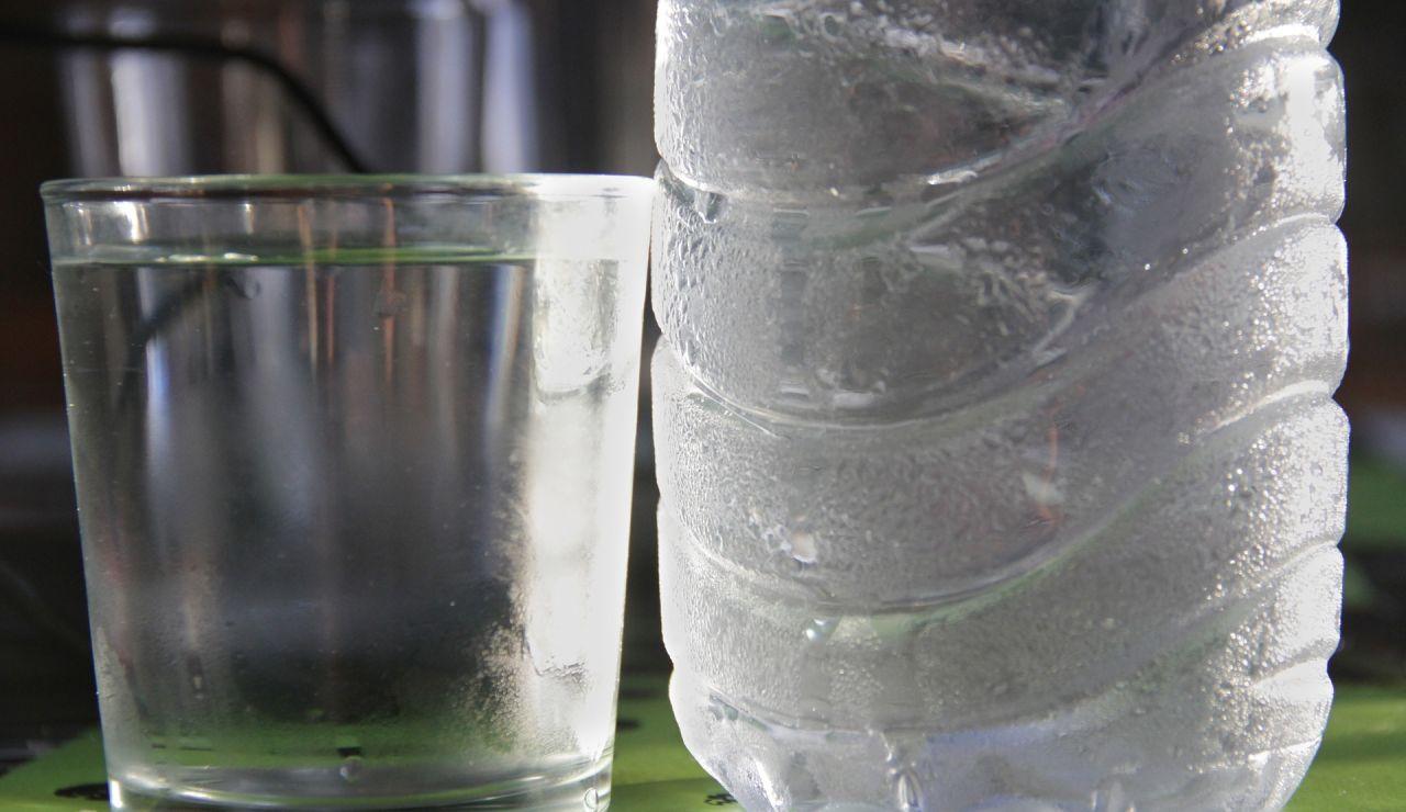 Botella de agua fría