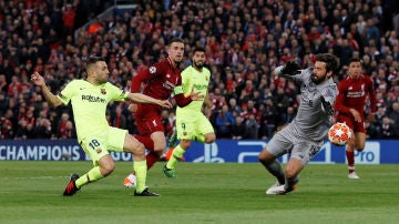 Alisson detiene un mano a mano contra Jordi Alba