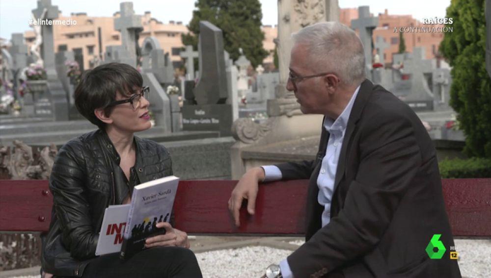 La surrealista entrevista de Thais Villas a Xavier Sardà en un cementerio: así hablaron de la muerte, de las elecciones y de Cataluña