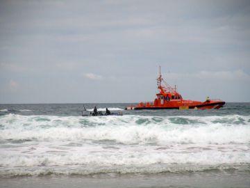 Una mujer inmigrante ha muerto y un niño ha desaparecido en el agua al volcar una patera a escasos metros de la orilla de la playa de Castilnovo.
