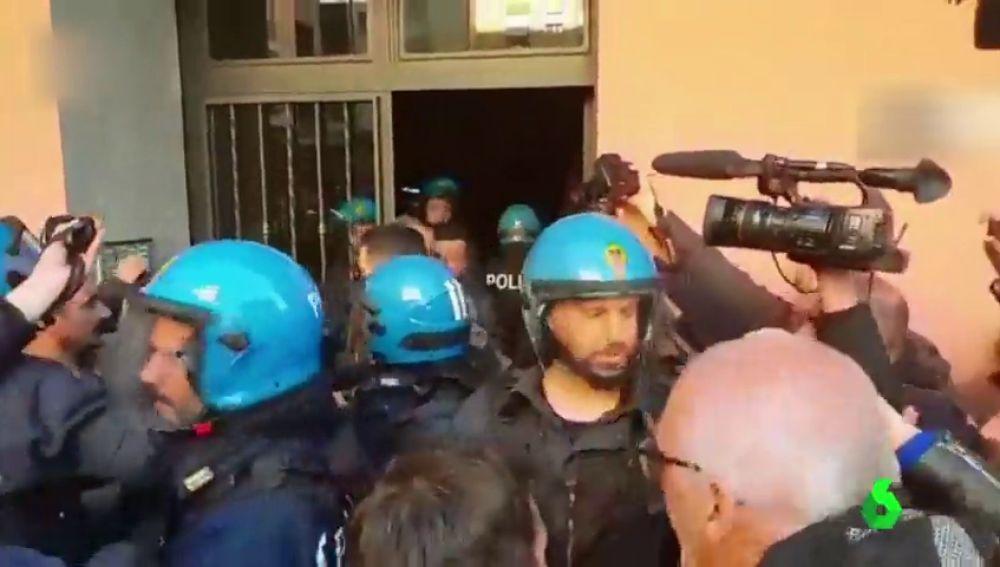 Vergonzosas imágenes: un grupo de fascistas agrede a una madre y su hija por ser de etnia gitana en Roma