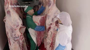 """'La Jefa Infiltrada' de 'Abrasador' descubre que un trabajador no cumple las normas de refrigeración: """"La carne está a temperatura ambiente"""""""