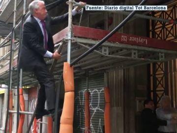 El candidato a la alcaldía de Barcelona Josep Bou apaga un incendio junto a la sede del PP