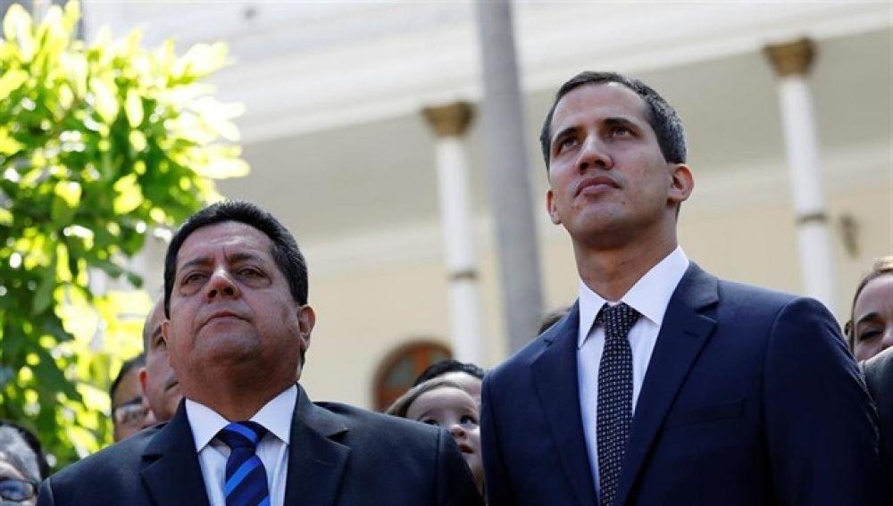 Edgar Zambrano junto a Juan Guaidó
