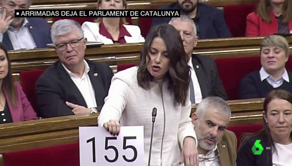 De sus famosos carteles a sacar la bandera de España: así ha sido el paso de Arrimadas por el Parlament