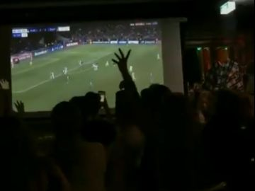 Fans del Ajax hacen la cuenta atrás del partido contra el Tottenham