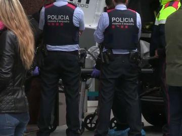 Varios mossos frente a un cadáver