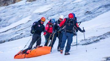 Miembros del equipo de rescate transportan un cuerpo hallado en el cerro Rincón de los Andes