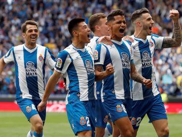 Los futbolistas del Espanyol, eufóricos con el gol en el RCDE Stadium