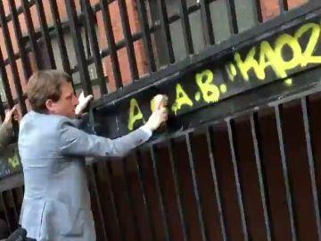 Martínez-Almeida 'borra' con un cepillo una pintada contra la Policía en Vicálvaro