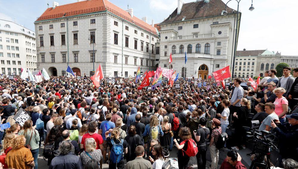 Miles de austríacos protestan para pedir elecciones