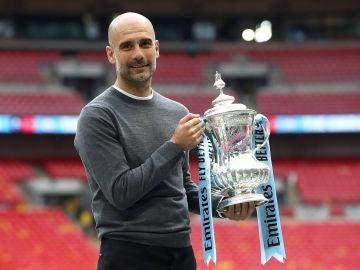 Guardiola posa sonriente con el trofeo de la FA Cup