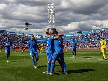 Los futbolistas del Getafe celebran el gol en el Coliseum