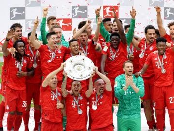 Los futbolistas del Bayern levantan el título de la Bundesliga