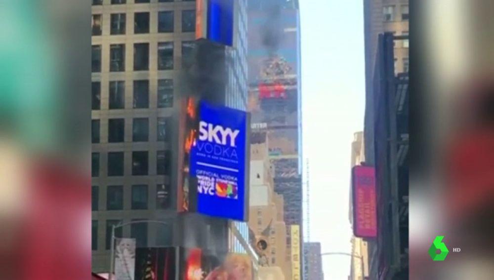 Arde una de las pantallas publicitarias de Times Square