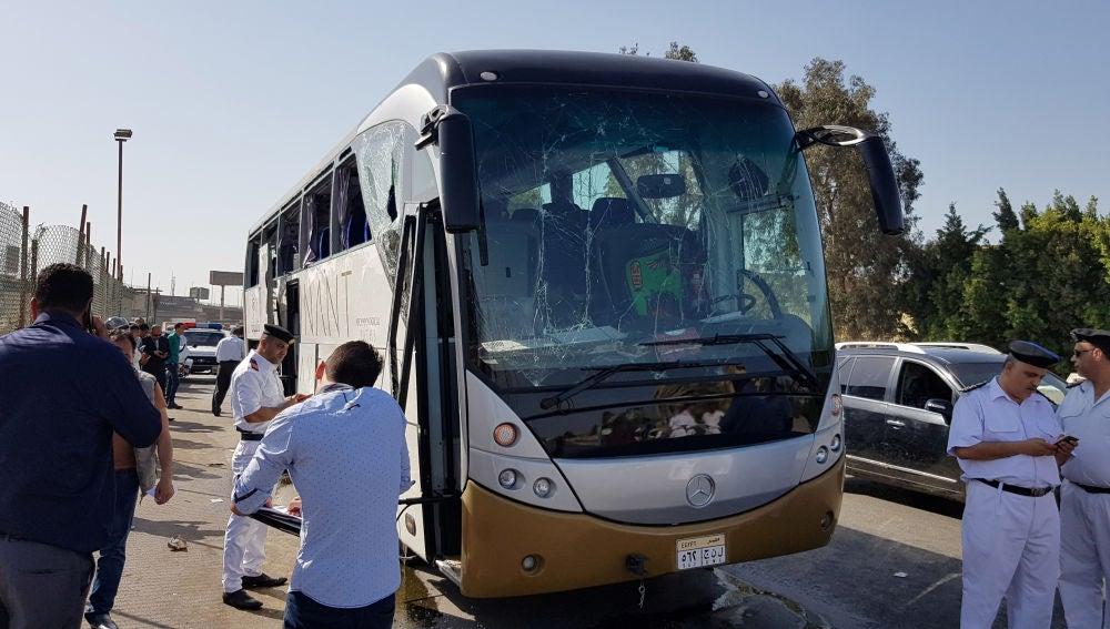 Imagen del autobús dañado por la explosión