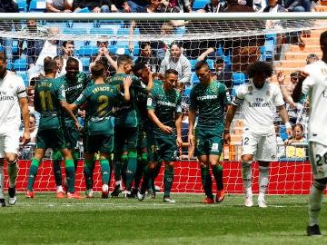 Los futbolistas del Betis celebran su gol ante el Real Madrid