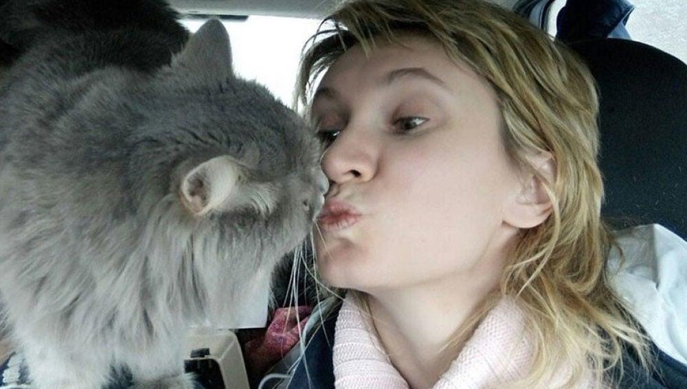 Un gato salva la vida a su dueña embarazada mientras sufría un ataque de hipoglucemia