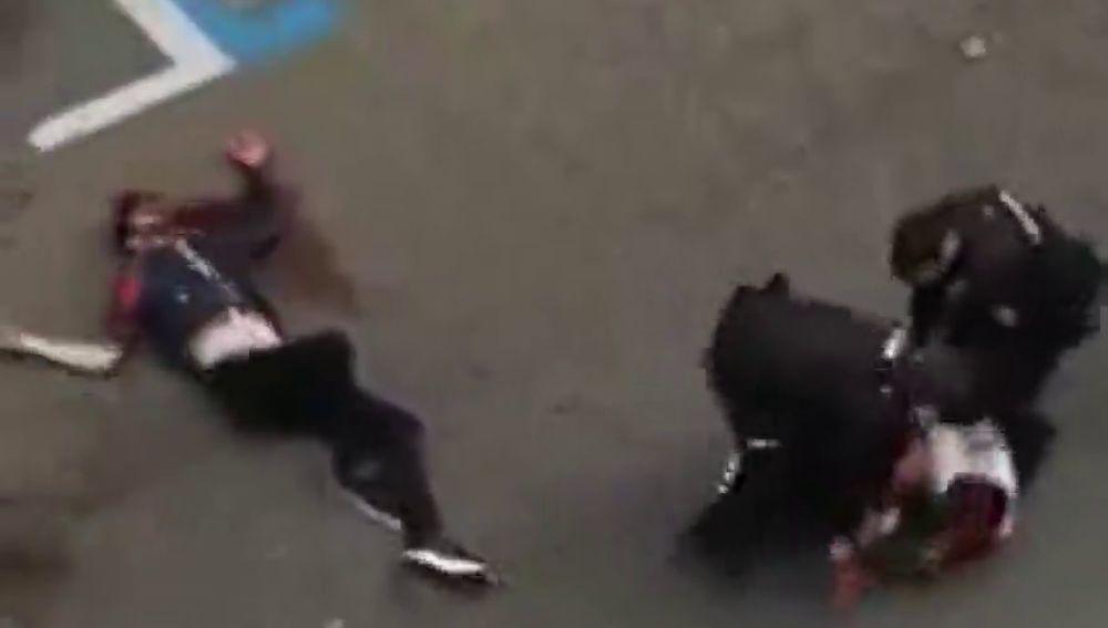 Impactantes imágenes: asestan varias puñaladas a un joven a plena luz del día en Zaragoza