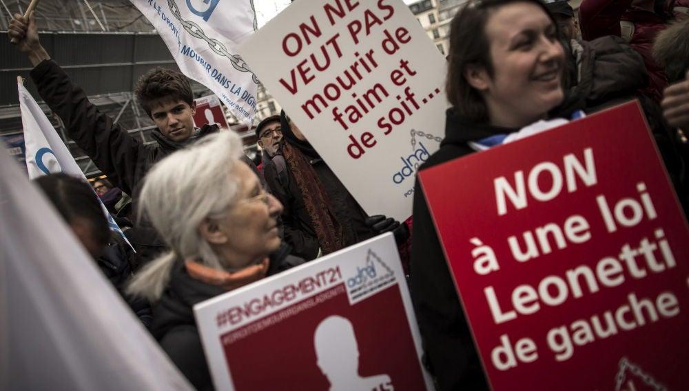 Miembros de la Asociación por el Derecho a Morir con Dignidad se manifiestan en París, Francia.