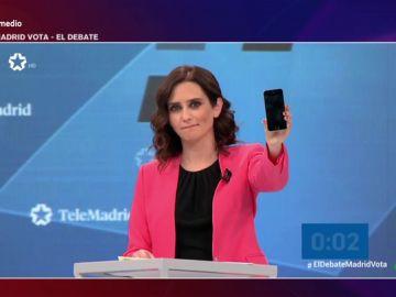 """Isabel Díaz Ayuso (PP) se 'trolea' a sí misma en pleno debate televisivo: defiende un """"Madrid digitalizado"""" con un móvil apagado"""