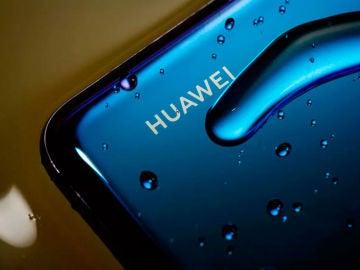 Logotipo de Huawei en uno de sus móviles