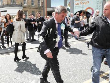 Detienen a un hombre tras tirar un batido encima a Nigel Farage, líder del partido del Brexit