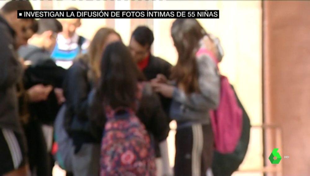 Un grupo de adolescentes a la salida de clase