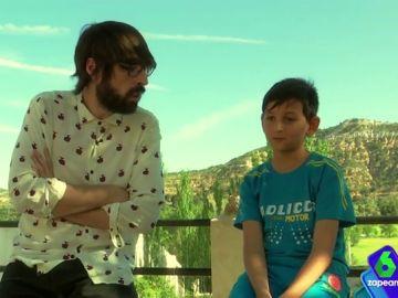 El único niño de Portalrubio de Guadamejud habla con Quique Peinado