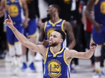 Stephen Curry celebra una canasta ante los Blazers