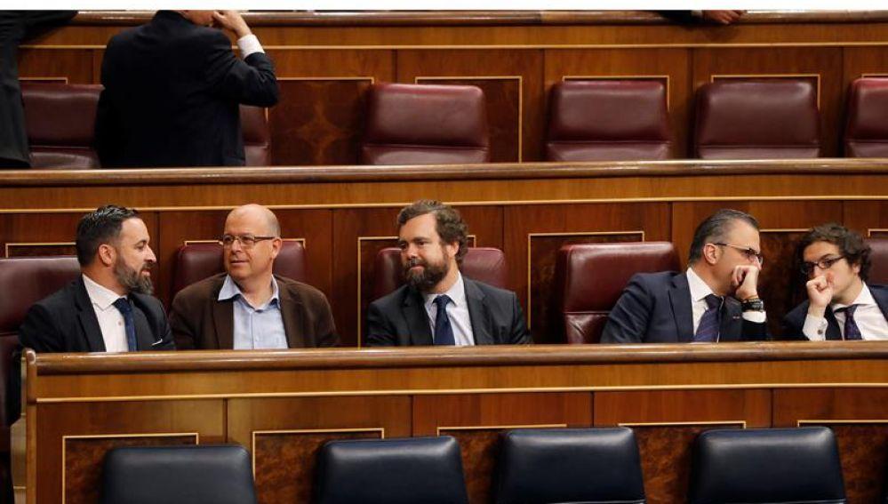 El presidente de Vox, Santiago Abascal, conversa con el diputado del PSC José Zaragoza en el hemiciclo