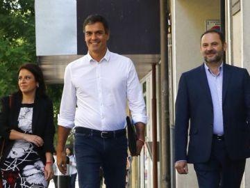 Sánchez, Ábalos y Lastra caminando juntos en la calle