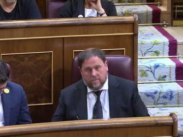 """Vox boicotea con golpes en la mesa la toma de posesión de los independentistas y Abascal jura por """"España"""""""