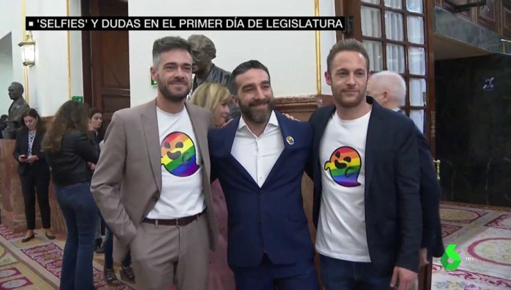 Dos diputados socialistas con una camiseta del fantasma LGTBI que hizo famoso Vox