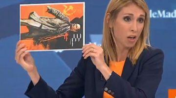 La concejala Silvia Saavedra (Cs) mostrando el cartel de Lenin