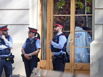 Los Mossos d'Esquadra, apostados frente al establecimiento donde se encontraba el cadáver