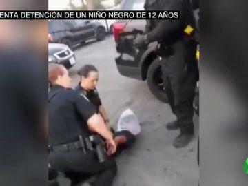 Brutal arresto a un niño negro en EEUU: le reducen, clavan la rodilla en su espalda y le ponen una bolsa en la cabeza