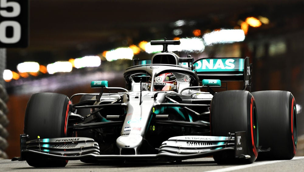 Lewis Hamilton pilota el Mercedes en el trazado de Montecarlo