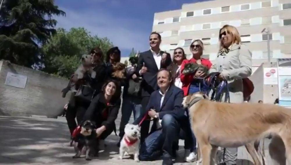 Aguado, junto a varias mascotas en el Hospital Gregorio Marañón