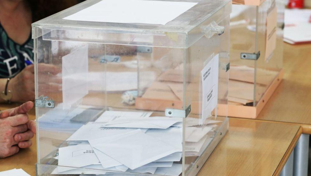 Imagen de archivo de dos urnas en una mesa electoral.