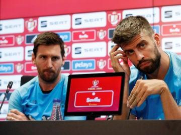 Leo Messi y Gerard Piqué, en sala de prensa