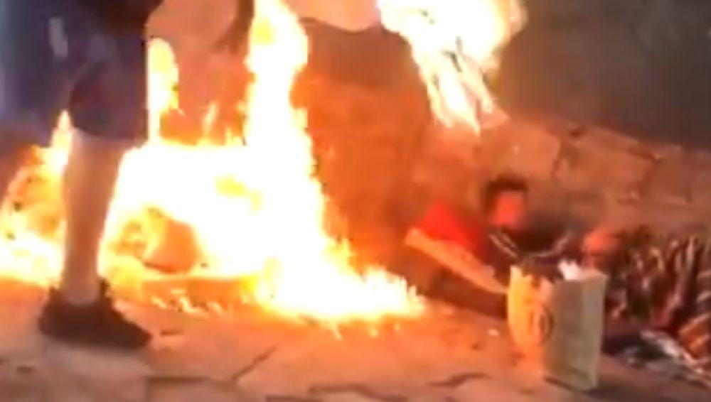 El atacante prendiendo fuego a los indigentes mientras dormían