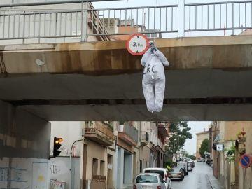 Muñeco de Junqueras colgado del puente